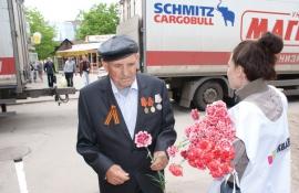 дарят цветы ветеранам на улице липецк
